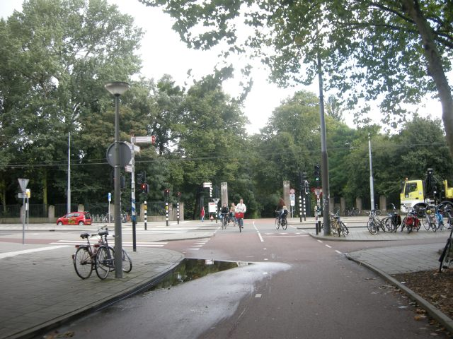 The southern entrance of the 'Quiet route' across the park. Same wide, direct crossing