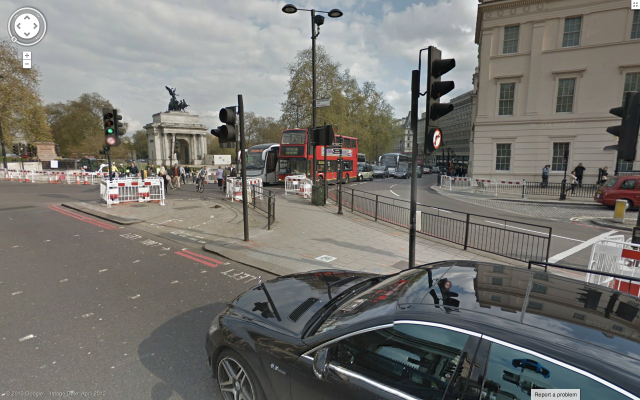A toucan crossing at Hyde Park Corner. Technically cyclists should cross to the left, and pedestrians on the right, but the design is unclear and confusing.