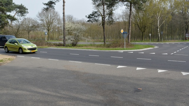 The Dutch 'Give Way' marking in action.