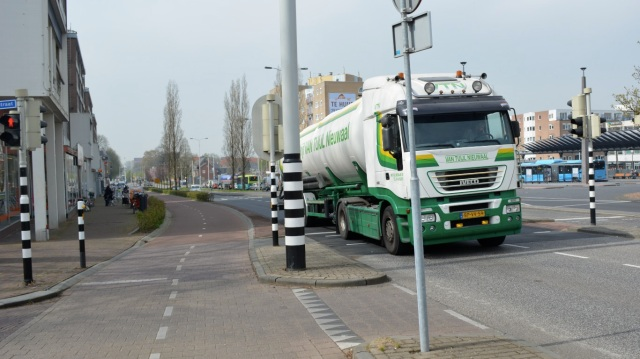 Will that HGV perform a close pass on people cycling here? Erm, no.