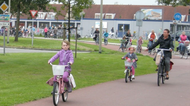 How children negotiate side roads on the school run, in a civilised country