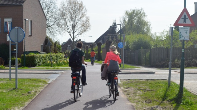 A route running by 'the rear' of properties in Houten.