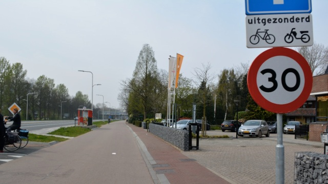 A textbook example - the main road into Utrecht from the east. Here it is acceptable for bicycle traffic to mix with motor traffic on the 30kph access road. But obviously not on the main road itself.