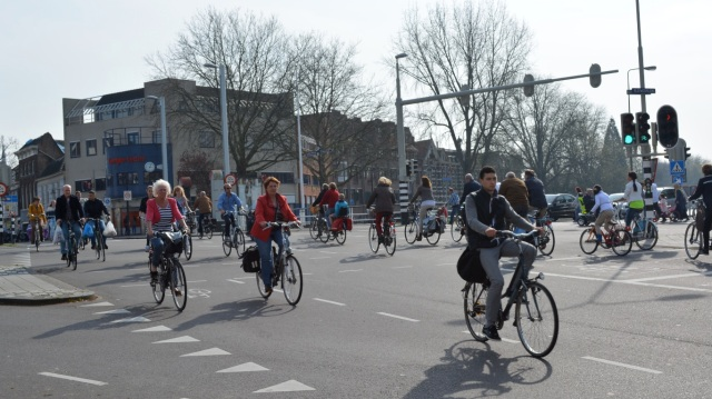 Around a hundred people cycling, in a matter of seconds, across a 'simultaneous green' junction in Gouda