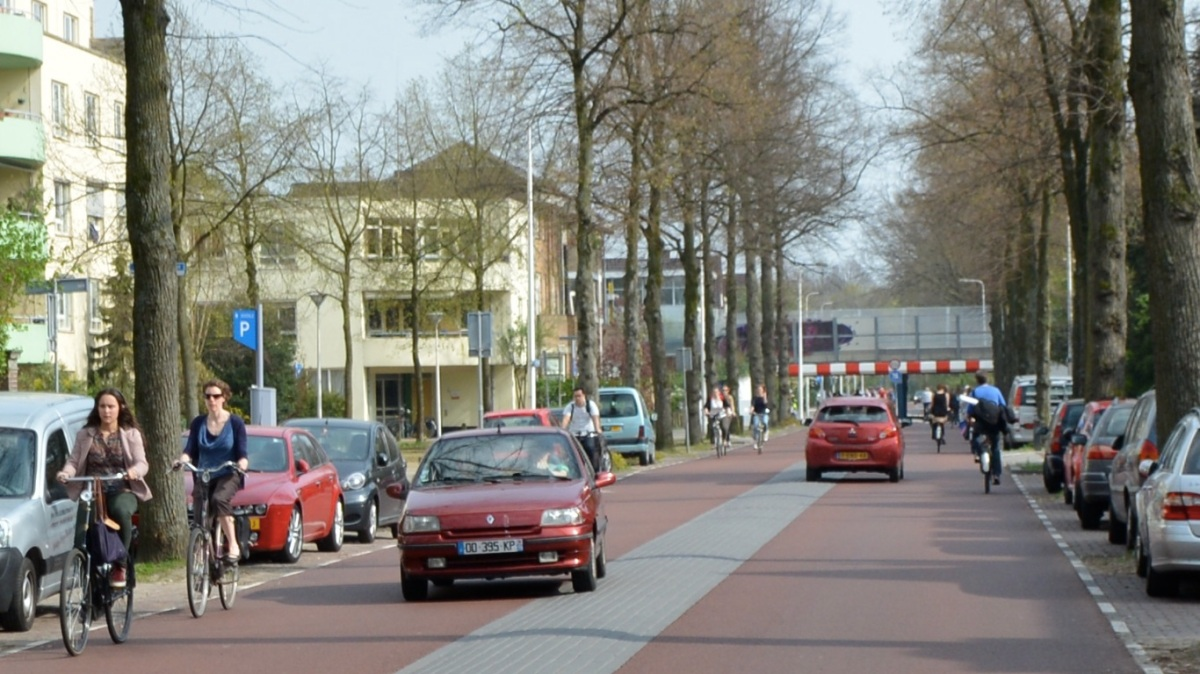 Muchos ciclistas y conductores adelantando sin problemas porque hay pocos coches.