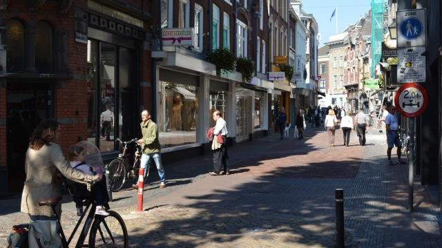 People dismounting and walking on Choorstraat.