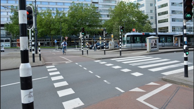A very wide crossing of multiple lanes in Rotterdam, crossed by both people walking and cycling in one go.