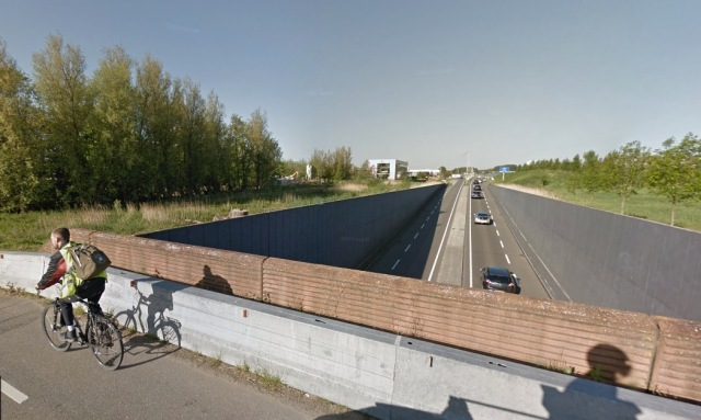 Here the N470 goes into an underpass to avoid any connection with a rural access road. From Streetview