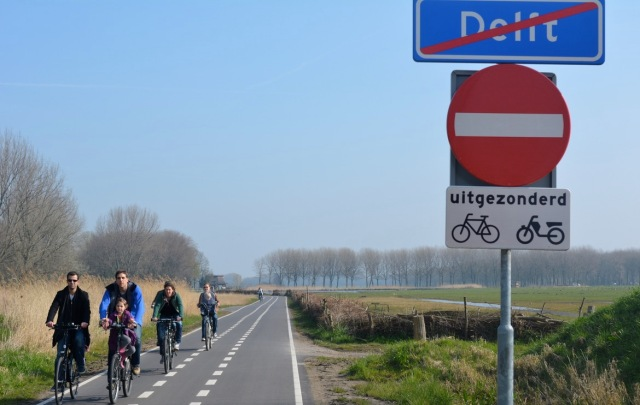 And another route between Delft and Zoetermeer - this one an access road (connecting to a small number of properties) that only permits driving in one direction.