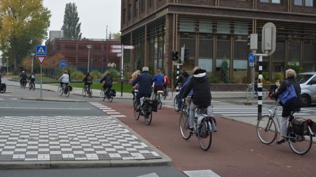 1pm, in the centre of Gouda. The cycleways are still busy, but use is dominated by children, the elderly, and women. People who are are not at work.