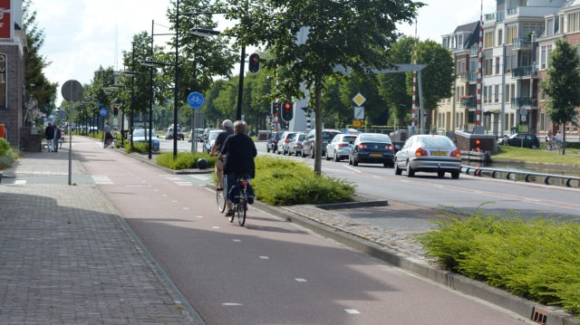 Two-way cycleway, with clear dashed centre line