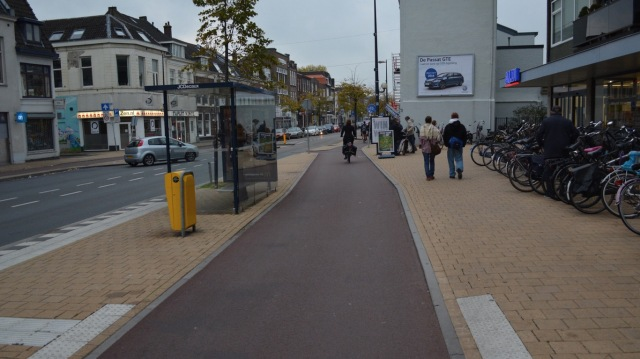 One-way cycleway. No markings required.